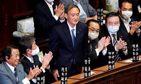 Yoshihide Suga Japanin parlamentissa.