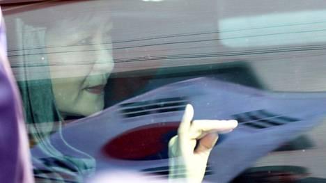 Etelä-Korean syrjäytetty presidentti Park Geun-Hye lähti kotoaan torstaina Soulissa.