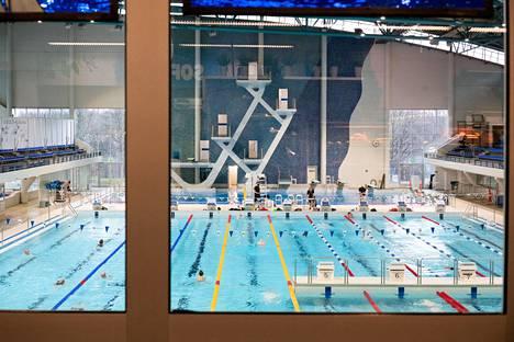 Uimareita riitti Mäkelänrinteen uimahallissa tiistaina.