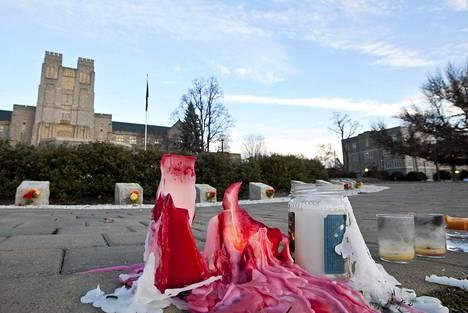 Kynttilät palavat ammutun poliisin muistoksi Blacksburgissa Virginiassa.