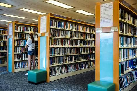 Hongkongin julkisista kirjastoista on kadonnut demokratia-aktivistien kirjoittamia kirjoja. Kuva on otettu kirjastosta Hongkongissa heinäkuun 4. päivänä.
