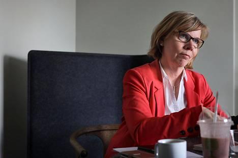 Pandemia jyllää Suomessa vielä sellaisella voimalla, että hallitus tarvitsee yhä valmiuslain tuomia valtuuksia, oikeusministeri Anna-Maja Henriksson sanoo.