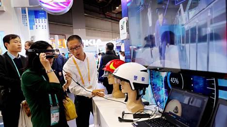 Vierailijat kokeilivat Shanghaissa messuilla lisätyn todellisuuden laseja, joissa käytetään Nokian 5g-tekniikkaa.