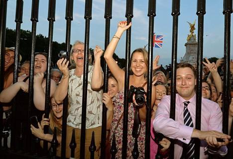 Juhliva väkijoukko Buckinghamin palatsin aidan takana riemuitsi, kun tieto kuninkaallisen poikavauvan syntymästä tuli maanantai-iltana.