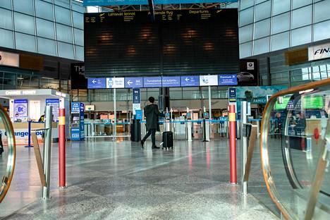 Helsinki-Vantaan lentoasema on torstaina hiljainen. Aikataulu on pimeänä ja turvatarkastus suljettu.