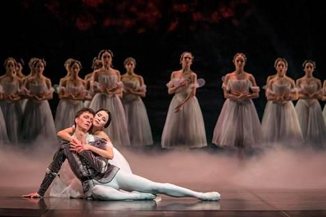 Ensi-illan miehityksessä prinssi Albrechtina tanssi Florian Modan ja Gisellenä Eun-Ji Ha.