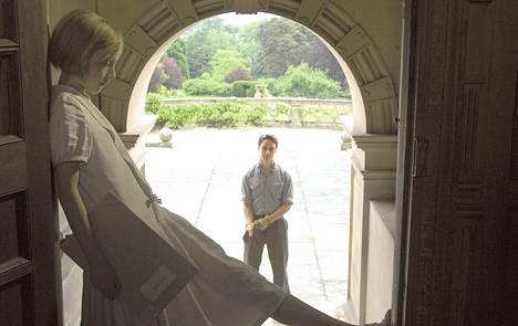 Pikkuvanha Briony (Saoirse Ronan) ihastuu taloudenhoitajan poikaan Robbieen (James McAvoy).