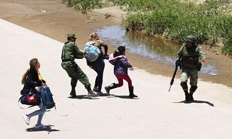 RAJAMUURI SIIRTOLAISIA VASTAAN. Meksikon ja Yhdysvaltain rajalla käydään jatkuvaa kilpajuoksua laittoman siirtolaisuuden estämiseksi. Presidentti Donald Trump haluaa rakentaa rajalle miljardeja dollareja maksavan muurin liikkumista rajoitamaan. Kuvassa meksikolaiset rajaviranomaiset ottavat kiinni rajanylitystä yrittäviä siirtolaisia kesäkuussa 2019.