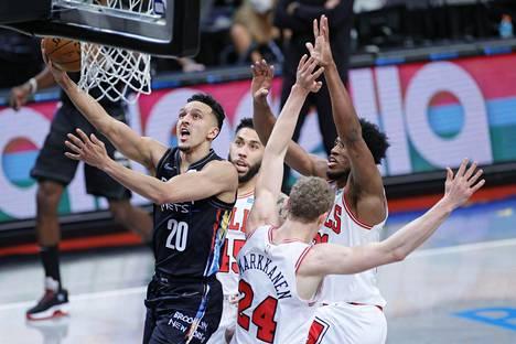 Brooklyn Netsin Landry Shamet hyökkäsi korille ohi Lauri Markkasen ja muun Chicago Bulls -puolustuksen. Nets voitti ottelun lopulta 14 pisteen marginaalilla.