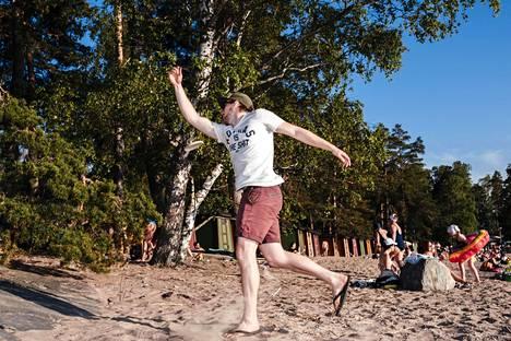 Sakari Hiidenheimo oli saapunut ystävineen viettämään juhannusta Pihlajasaareen.