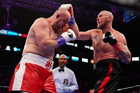 Robert Helenius (vas.) ratkaisi ottelun Adam Kownackia vastaan ottelun neljännessä erässä.