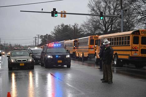 Poliisit partioivat Great Millsin lukion lähistöllä tiistaina.