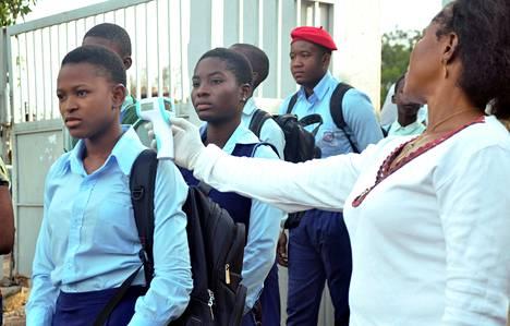 Koululaisten kuumetta mitattiin, kun kouluvuosi alkoi Nigerian pääkaupungissa Abujassa 22. syyskuuta. Kesälomaa oli pidennetty Ebola-riskin takia.