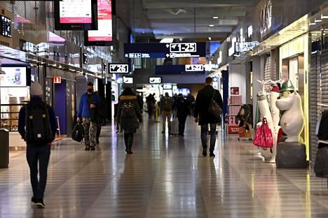 Lentomatkailijoita Helsinki-Vantaalla maanantaiaamuna 22. helmikuuta, kun Etelä-Suomen lomat alkoivat.