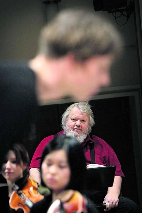 """""""Skolioosi pois! Ryhtiä!"""" Professori Leif Segerstam korjaa kapellimestarioppilas Tapio von Boehmin asentoa Sibelius-Akatemian mestariluokalla."""