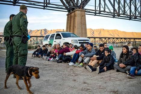 Yhdysvaltain rajavartijat vartioivat Brasiliasta tulleita siirtolaisia lähellä Meksikon rajaa New Mexicossa Yhdysvalloissa maaliskuun lopussa.