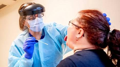Koronavirustestiä tehtiin ruotsalaiselle vanhustenhoitajalle Lerumissa joulukuussa.