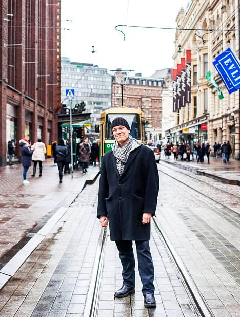Kesällä 2010 Tomi Astikainen pakkasi reppunsa, jätti 3 900 euron opintolainansa maksamatta ja aloitti elämän ilman rahaa.