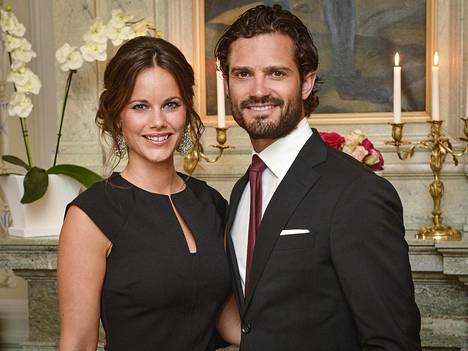 Ruotsin prinssi Carl Philip ja prinsessa Sofia elokuun 2015 kuningasperheen virallisessa potretissa.