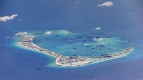 Vuodelta 2015 olevassa arkistokuvassa Kiinan alukset ruoppaavat satamaa Etelä-Kiinan merellä sijaitsevalla Mischiefin atollilla, joka kuuluu kansainvälisen sovittelupäätöksen mukaan Filippiineille.