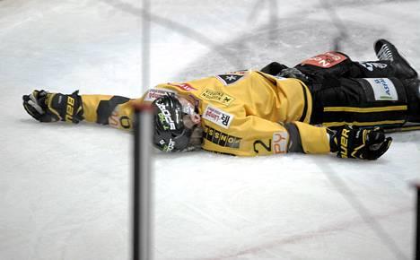 KalPan Artturi Lehkonen makaa tajuttomana jäässä Jokereiden Jarkko Ruudun taklauksen jälkeen.