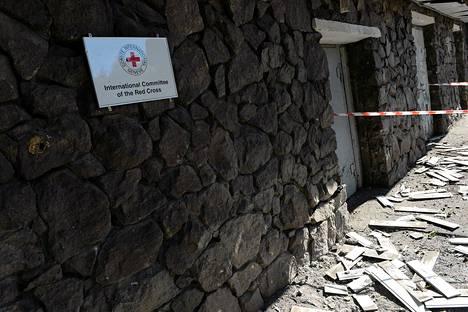 Kansainvälisen Punaisen Ristin Donetskin-toimisto siihen osuneen iskun jälkeisenä päivänä 3. lokakuuta.