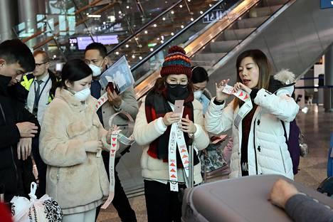Kiinalaisia matkustajia Helsinki-Vantaan lentokentällä 26. tammikuuta.