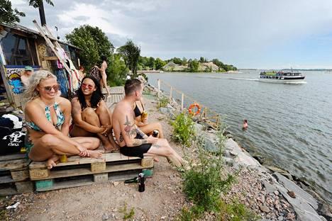 Camilla Funck (vas), Chantel Richardson ja Axel Lehto nauttivat päivästä Sompasaunalla heinäkuussa 2017.