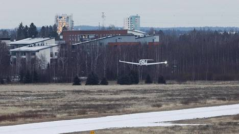 Lentäminen Malmin lentoasemalla on jatkunut häätömääräyksestä huolimatta.