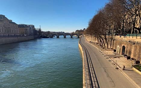Seine virtaa Pariisin läpi. Kuva on viime lauantailta, jolloin poliisi oli tyhjentänyt rannat, koska turvavälejä ei ollut noudatettu.