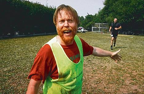 Kari Mairisaaren (Juha Kukkonen) kirjallinen taustatyö vie hänet niin jalkapallokentälle kuin Kroatiaankin.