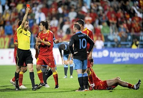 Järjetön rappaus toi Wayne Rooneylle punaisen kortin EM-karsintaottelussa Montenegroa vastaan.