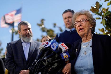Eva Schloss puhui medialle tavattuaan natsitervehdyksiä tehneitä lukiolaisia Newport Harbor High Schoolissa torstaina Kaliforniassa.