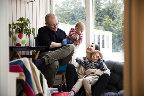 Alle vuoden ikäinen Arvi Asplund asuu vielä toistaiseksi Heidi Asplundin luona, mutta vartuttuaan hän saa isoveljen tapaan toisen kodin Mikko Laitisen luota.