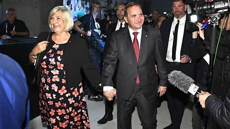 Pääministeri Stefan Löfven saapui puolisonsa kanssa demareiden vaalivalvojaisiin Tukholmassa sunnuntai-iltana.