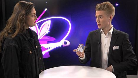 Aatu Itkonen näyttää tulevina viikkoina Lasten uutisissa korttitemppuja, ja paljastaa taikuuden saloja.