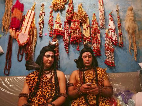 """Miehet olivat pukeutuneet hindujumala Shivaksi odotellessaan Maha Shivaratri (""""Shivan yö"""") -festivaalin kulkueen alkamista lauantaina Intiassa. Erityisesti naiset ympäri Intiaa juhlivat Maha Shivaratria siinä uskossa, että oma aviomies siunataan pitkällä eliniällä."""