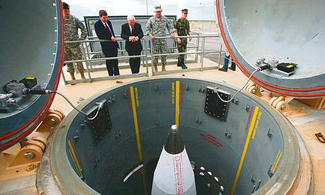 Yhdysvallat sijoittaa uusia torjuntaohjuksia Alaskaan Pohjois-Korean uhan vuoksi. Kuvassa entinen puolustusministeri Robert Gates (kesk.) vierailulla Fort Greelyn ohjustukikohdassa Alaskassa vuonna 2009.
