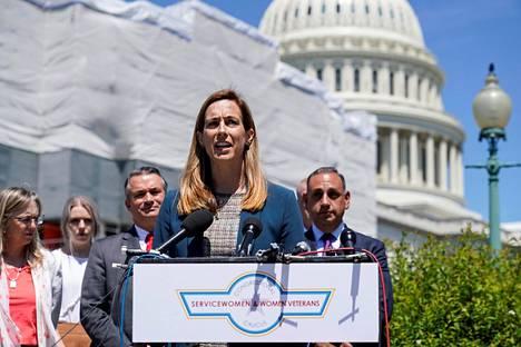 Edustaja Mikie Sherrill puhumassa Kongressitalon edustalla Washingtonissa keväällä 2019.
