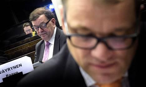 Paavo Väyrynen ja puheenjohtaja Juha Sipilä keskustan eduskuntaryhmän järjestäytymiskokouksessa 2015.