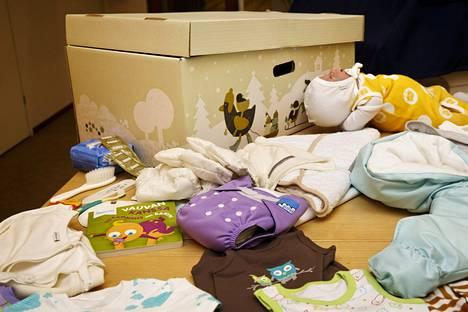 Reima kertoi maanantaina ostaneensa äitiyspakkauksia valmistavan Finnish Baby Boxin. Yrityksen kauppaaman äitiyspakkauksen esikuvana on kuvassa oleva Kelan myöntämä äitiyspakkaus.