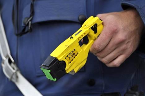Etälamautin poliisin kädessä Helsingin poliisilaitoksen tiedotustilaisuudessa heinäkuussa 2011,