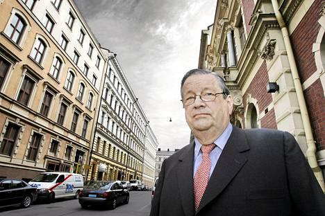 Ministeri Aatos Erkko (1932–2012) kuvattiin Helsingin Sanomien korttelisarjaa varten Ludviginkadulla vuonna 2005. Ludviginkadulla sijaitsi Helsingin Sanomien toimitus lähes koko Erkon aktiivisen työuran ajan.