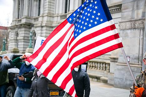 Mielenosoittajat vaativat keskiviikkona New Yorkin kuvernööriä Andrew Cuomoa poistamaan liikuntarajoitukset ja avaamaan talouden uudestaan.
