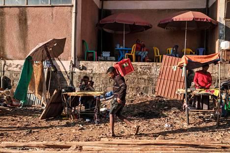 Naiset silittivät vaatteita torilla Bahir Darissa torstaina 26. marraskuuta.
