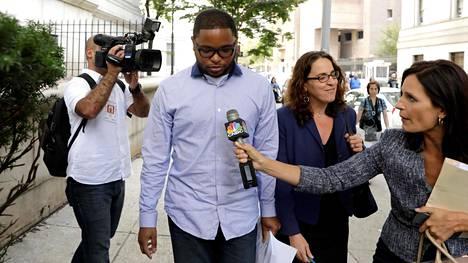 Entinen urheiluagentti Christian Dawkins poistui oikeustalolta Manhattanilla New Yorkissa sen jälkeen, kun hänet oli pidätetty lahjonnasta ja petoksista epäiltynä vuonna 2017.