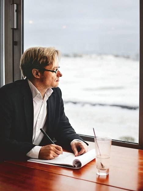 Mikael Jungner kirjoitti mietteitään elämästä ja kuolemasta kahvilassa Kaivopuiston rannassa.