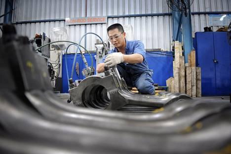 Työntekijä tarkisti dieselmoottorin huollettuja kiertokankia Wärtsilän laivojen asennus-, korjaus-, huolto- ja suunnitteluyksikössä Singaporessa viime vuoden maaliskuussa.