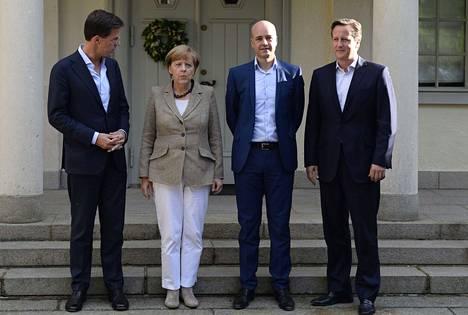 Hollannin Mark Rutte (vas.), Saksan Angela Merkel, Ruotsin Fredrik Reinfeldt ja Britannian David Cameron poseerasivat Ruotsin pääministerin kesäasunnolla Harpsundissa maanantaina.