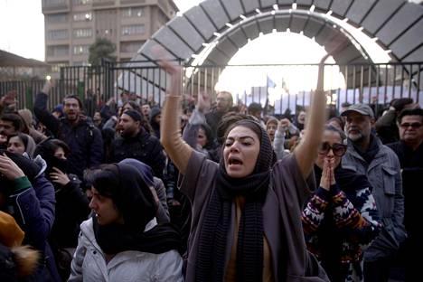 Ihmiset kokoontuivat mielenosoitukseen Amri Kabir -yliopistolle lauantai-iltana Teheranissa.